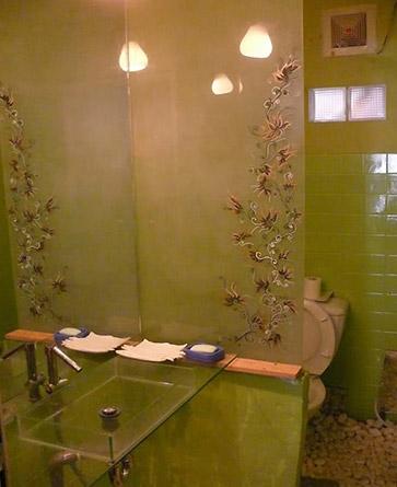 Nên sử dụng vách ngăn giữa bồn cầu và nơi tắm